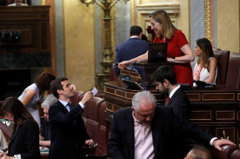 Ισπανία : Τραβούν το χαλί κάτω από τα πόδια του Σάντσεθ | tanea.gr