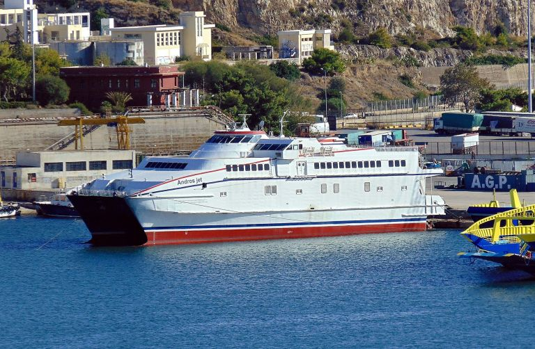 Προσάραξε στην Ανδρο επιβατηγό καταμαράν | tanea.gr
