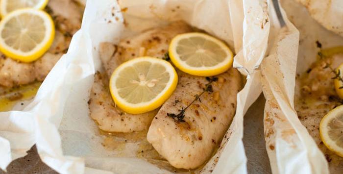 Ψάρι στη λαδόκολλα και σαλάτα από ωμό σταμναγκάθι | tanea.gr