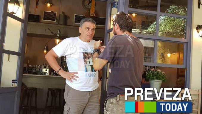 Ο Ευκλείδης φόρεσε μπλουζάκι με φωτογραφία τον ίδιο και την… Σκάρλετ Γιόχανσον (βίντεο) | tanea.gr