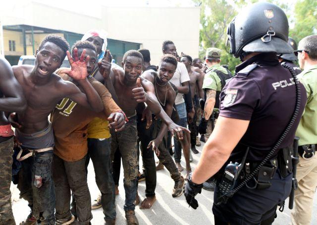 Μετανάστες σκαρφάλωσαν σε συρματόπλεγμα και μπήκαν στη Θεούτα   tanea.gr