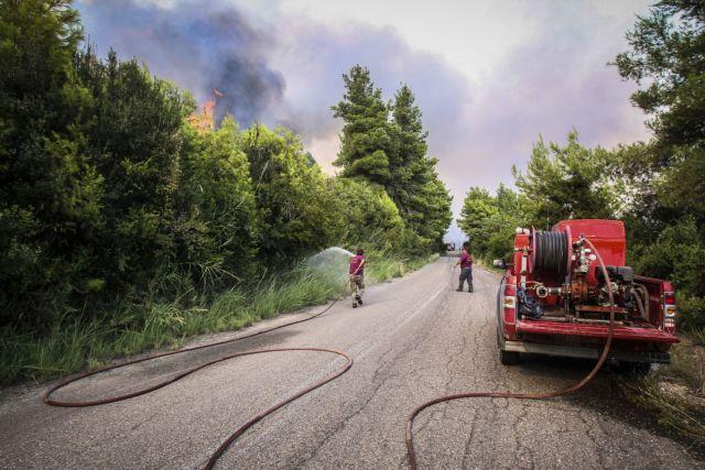 Υπό μερικό έλεγχο η φωτιά στο χωριό Λαμπέτη   tanea.gr