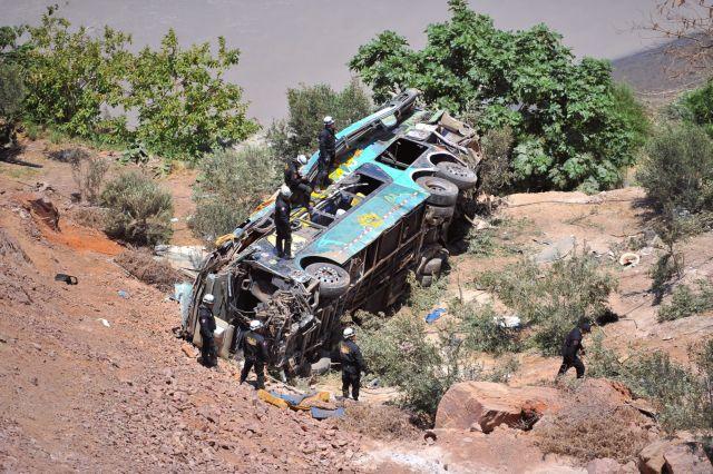 Λεωφορείο έπεσε σε χαράδρα – 15 νεκροί | tanea.gr