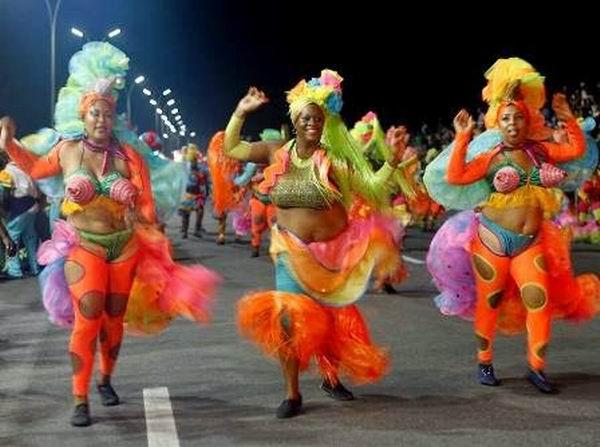 Η ατραξιόν του καρναβαλιού της Αβάνας είναι ένας θίασος με ευτραφείς κυρίες | tanea.gr