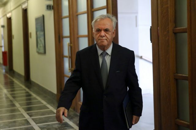 Economy Minister: 2019 budget will include social benefits, but no pension cuts | tanea.gr