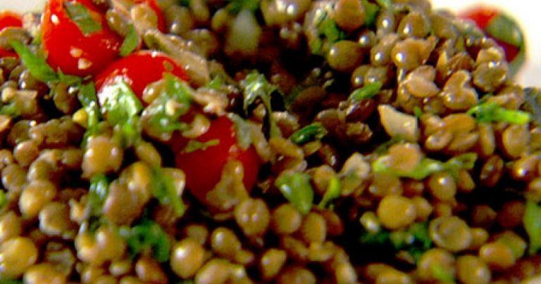 Καλοκαιρινή σαλάτα με φακές, πράσινα λαχανικά και γαύρο | tanea.gr