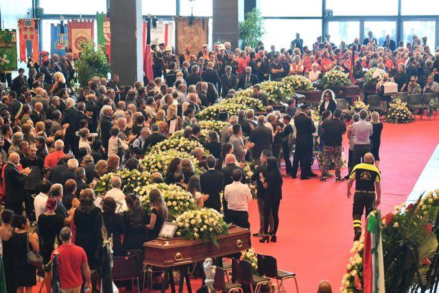Γένοβα: Πλήθος κόσμου στις κηδείες των θυμάτων της γέφυρας | tanea.gr