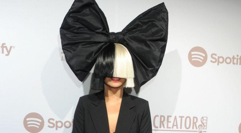 Η Σία «πέταξε» την ασπρόμαυρη περούκα της | tanea.gr