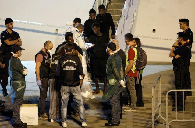 Κρούσματα ψώρας στους μετανάστες που περιμένουν να αποβιβαστούν στην Σικελία | tanea.gr