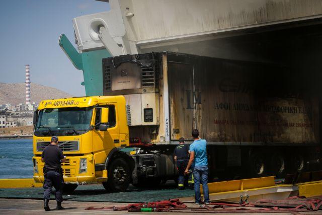 Συνεχίζεται το έργο της πυρόσβεσης στο πλοίο «Ελευθέριος Βενιζέλος» | tanea.gr