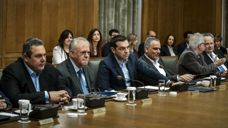 Σανίδα σωτηρίας αναζητά η κυβέρνηση που πνίγεται… στους καπνούς   tanea.gr