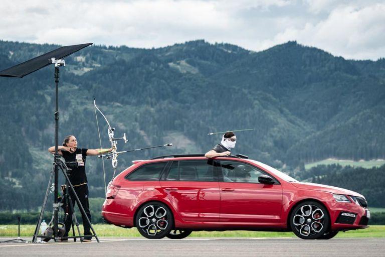 Πιάνει βέλος τόξου στον αέρα που εκτοξεύεται με ταχύτητα 215χλμ/ώρα μέσα από οροφή αυτοκινήτου   tanea.gr