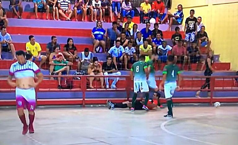 Παίκτης κλώτσησε διαιτητή στο κεφάλι στη Βραζιλία | tanea.gr