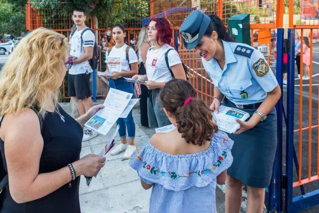 Ενημερωτικά φυλλάδια και έλεγχοι σε σχολικά λεωφορεία από την ΕΛ.ΑΣ. | tanea.gr