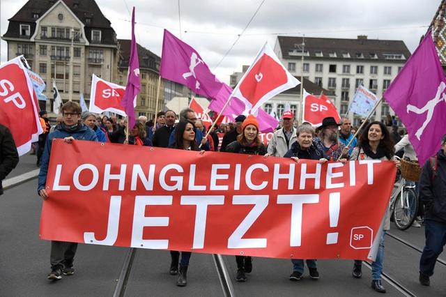 Οι Ελβετοί στους δρόμους για τη μισθολογική ισότητα ανδρών και γυναικών | tanea.gr