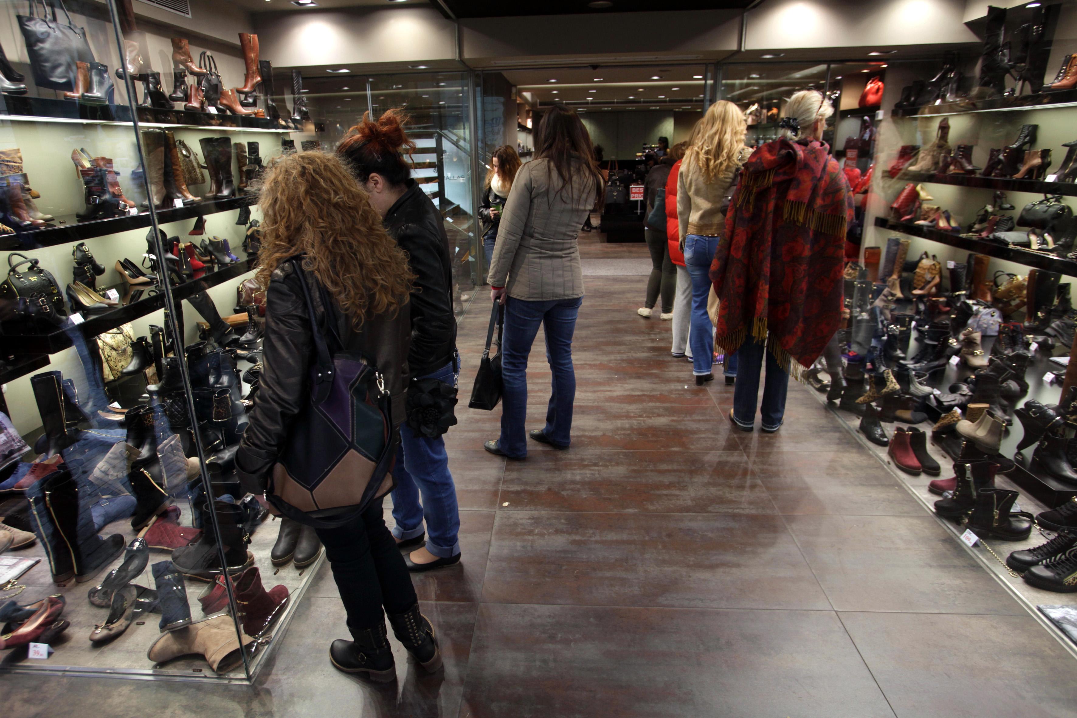 f6df4bb0b35e 382 ευρώ ξόδεψε κάθε άνθρωπος στην Ελλάδα για ρούχα και παπούτσια ...