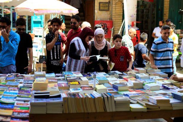 «Ξαναζωντανεύει» ο δρόμος Al-Mutanabi για τους βιβλιοφάγους   tanea.gr