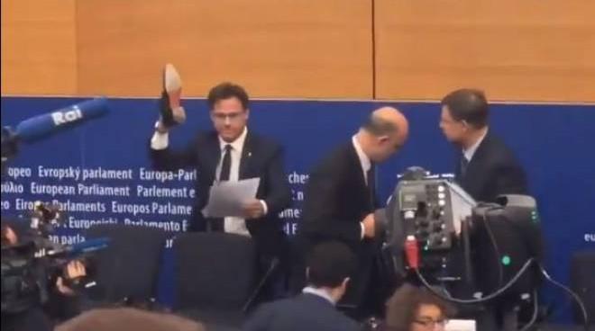«Πατάει» με το παπούτσι του τις σημειώσεις του Μοσκοβισί (βίντεο) | tanea.gr