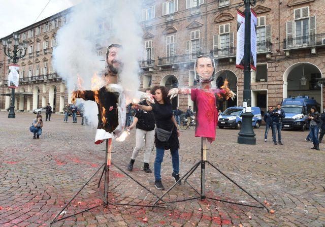Ιταλία: Αγανακτισμένοι μαθητές έκαψαν ομοιώματα Σαλβίνι-Ντι Μάιο (εικόνες) | tanea.gr