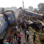 Τραγωδία στην Ινδία: Δεκάδες νεκροί από εκτροχιασμό αμαξιοστοιχίας