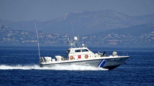 Επιχείρηση αποκόλλησης του φορτηγού πλοίου «Νέαρχος»   tanea.gr