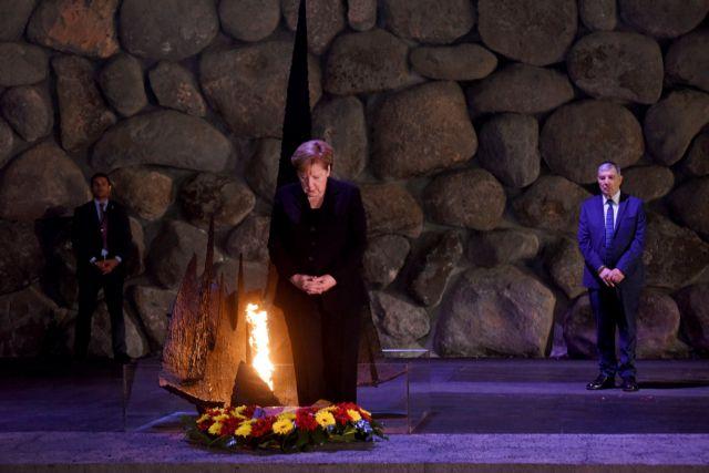 Με σκυμμένο κεφάλι η Μέρκελ στο μνημείο Ολοκαυτώματος | tanea.gr
