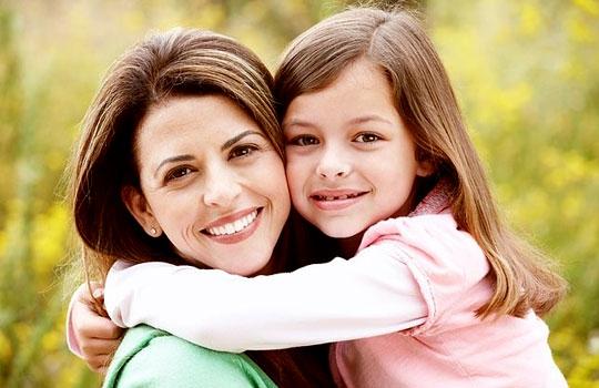 Πότε και πώς να μιλήσεις στην κόρη σου για την «περίοδο» | tanea.gr