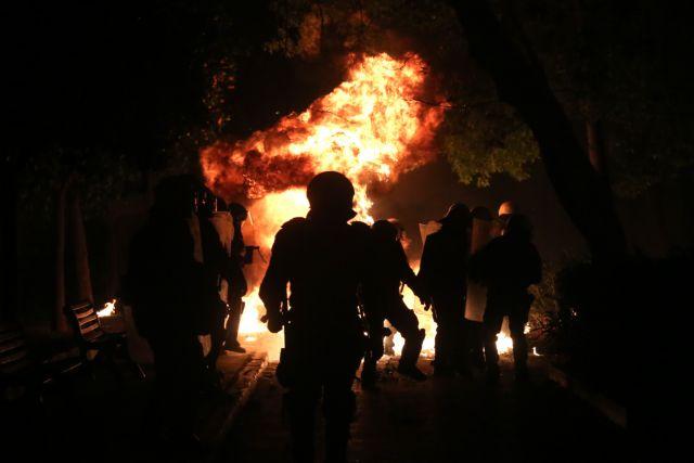 Τρόμος στο Κέντρο: Επίθεση με μολότοφ στο Α.Τ Ομονοίας – Τέσσερις αστυνομικοί τραυματίες (εικόνες – βίντεο) | tanea.gr