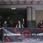 Σειρά ερωτηματικών για τη στάση των αστυνομικών στο ΑΤ Ομονοίας – ΕΔΕ για την επίθεση
