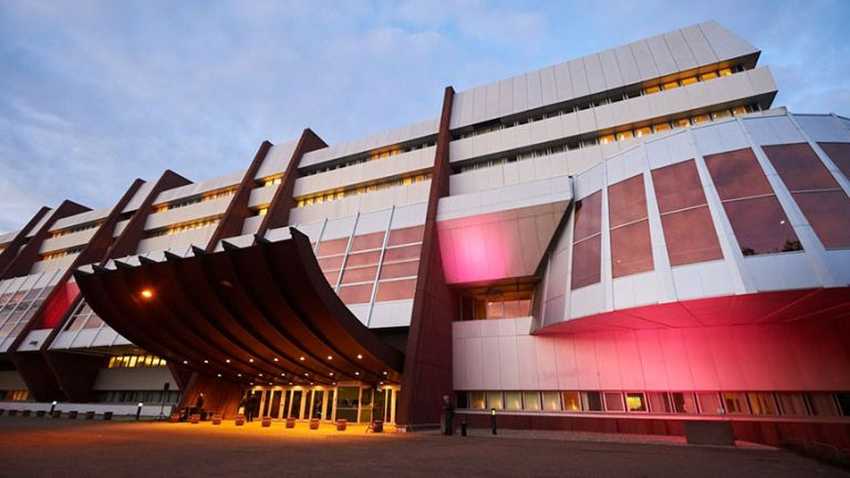 Tο κτίριο του Συμβουλίου της Ευρώπης ντύθηκε στα ροζ για καλό σκοπό | tanea.gr