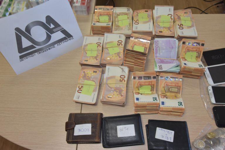Είχαν 140.000 αναβολικά χάπια και 156.000 ευρώ   tanea.gr
