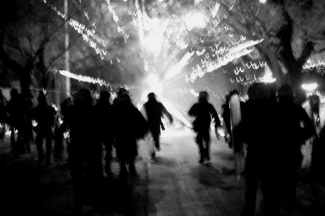 Γέμισαν φωτιές και μολότοφ τα Εξάρχεια - 19 συλλήψεις   tanea.gr
