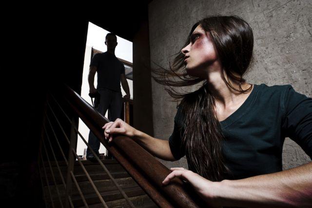 Πιο επικίνδυνο έγινε το σπίτι για τις κακοποιημένες γυναίκες | tanea.gr
