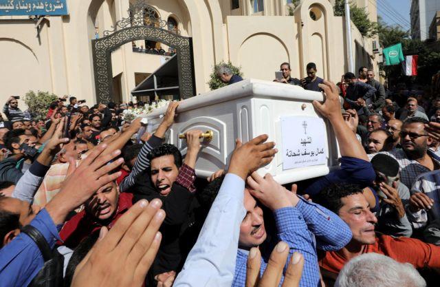 Αίγυπτος: Σε βαρύ κλίμα η ταφή των θυμάτων μετά το μακελειό εναντίον Χριστιανών | tanea.gr