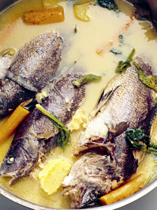 Βραστά ψάρια με λαχανικά στον ταβά | tanea.gr