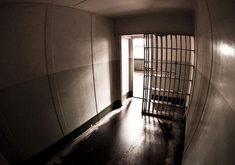 Ημέρα του παιδιού : Τυφλό κοριτσάκι έζησε 10 χρόνια κλειδωμένο σε κλουβί του ΚΕΛΕΠ Λεχαινών | tanea.gr