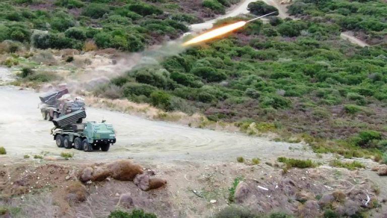 Ισχυρό τεστ ετοιμότητας του πυροβολικού - Βολές ακριβείας με εκτοξευτές πυραύλων (Φώτο) | tanea.gr