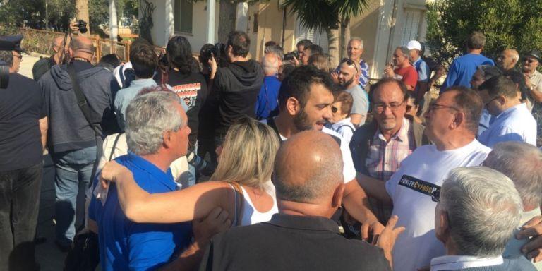 Ανοιξε το οδόφραγμα στη Δερύνεια: Πολίτες με δάκρυα στα μάτια πέρασαν πεζοί (βίντεο) | tanea.gr