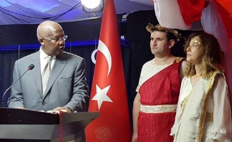 Τουρκία: Ανακλήθηκε η πρέσβειρα της Ουγκάντα αφού ντύθηκε «Ωραία Ελένη» | tanea.gr