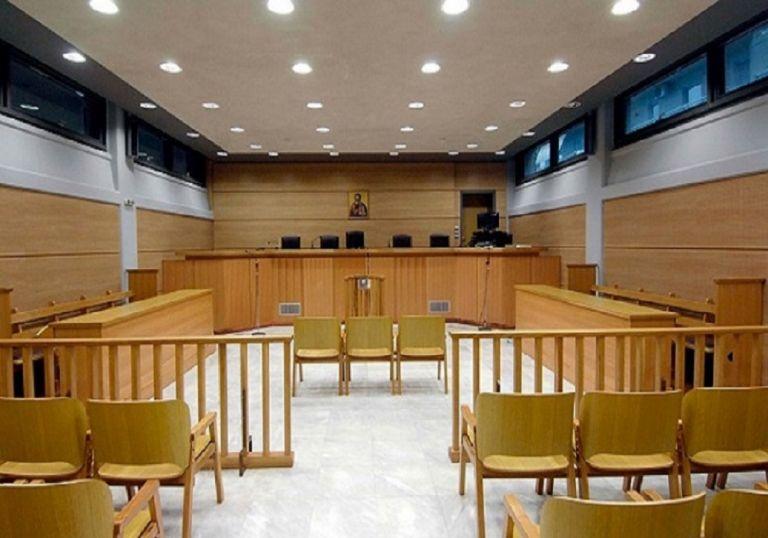 Αγριο ξύλο στα δικαστήρια - Μπουνιές και κλωτσιές σε συμπλοκή Ρομά | tanea.gr