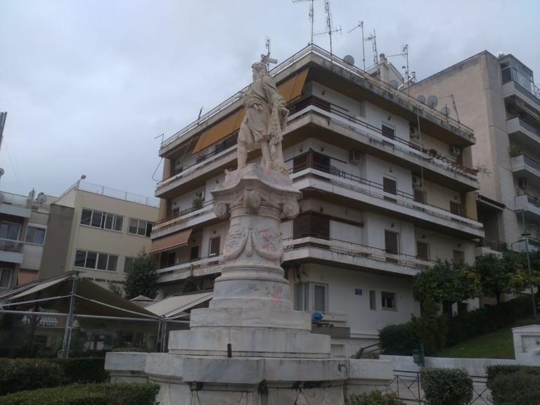 Θλίψη: Εβαψαν ροζ το άγαλμα του Αθανάσιου Διάκου | tanea.gr