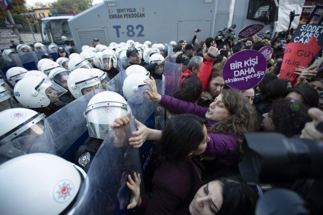 Δακρυγόνα σε πορεία για τη βία κατά των γυναικών στην Κωνσταντινούπολη (vid) | tanea.gr