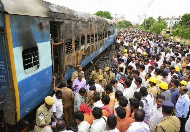 Ινδία: Μωρό σώθηκε από θαύμα όταν τρένο πέρασε από πάνω του! | tanea.gr