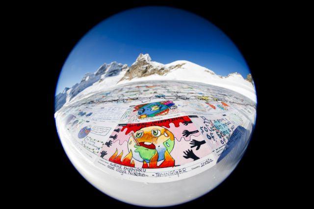 Ελβετία: Γιγάντια καρτ ποστάλ με μήνυμα για την κλιματική αλλαγή   tanea.gr