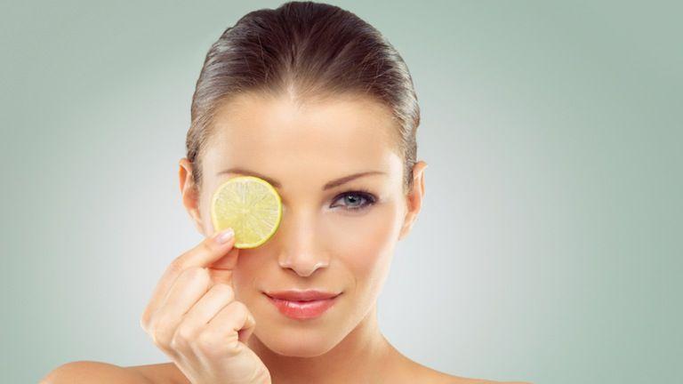 Το λεμόνι ως serum σύσφιξης και λάμψης και άλλες χρήσεις | tanea.gr