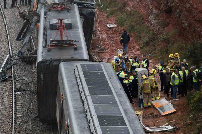 Ενας νεκρός και 49 τραυματίες σε εκτροχιασμό τρένου στην Βαρκελώνη | tanea.gr