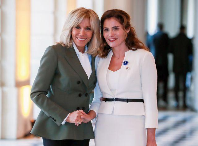Η Μπέτυ Μπαζιάνα αγκαλιά με τη Μπριζίτ Μακρόν   tanea.gr
