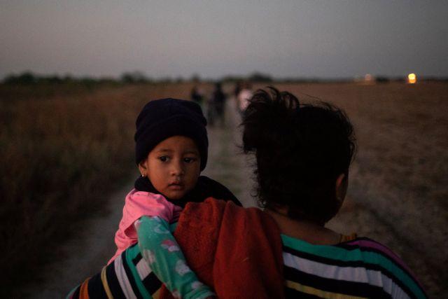 Εκατοντάδες οι μετανάστες που βαδίζουν προς τις ΗΠΑ | tanea.gr
