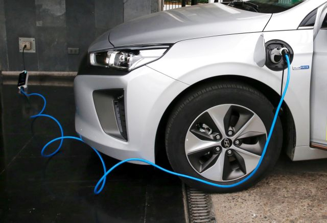 ΝΔ: Εκπτωση στα διόδια και απαλλαγή στα τέλη για τα ηλεκτροκίνητα αυτοκίνητα | tanea.gr