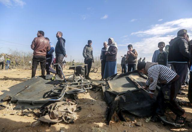 Στις φλόγες λεωφορείο στη Γάζα   tanea.gr